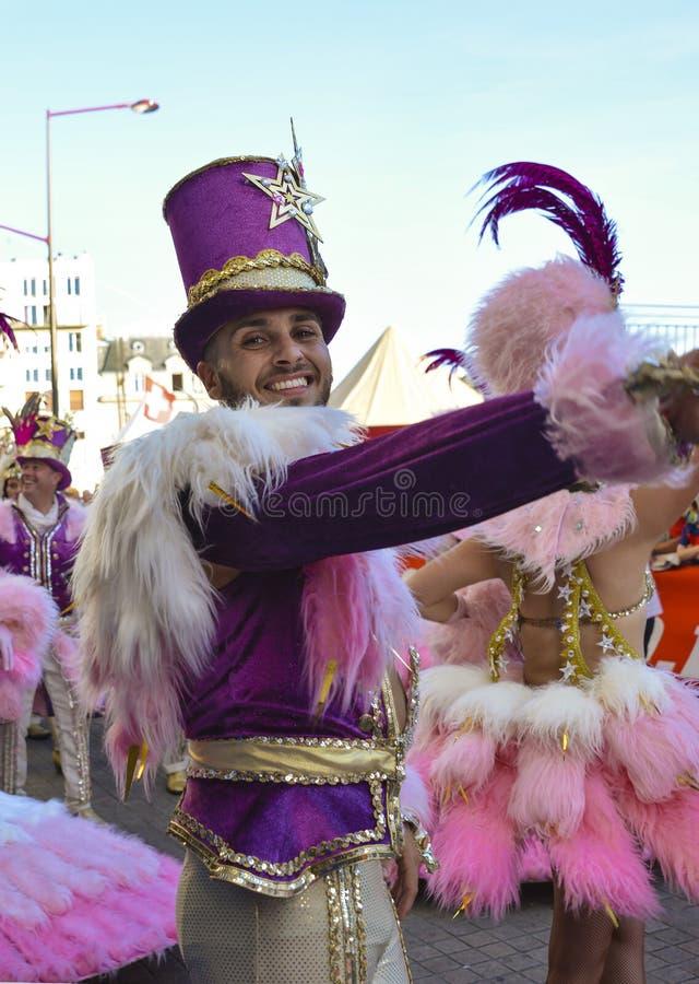 LE MANS, FRANÇA - 16 DE JUNHO DE 2017: Dança brasileira do homem em uma parada da competência dos pilotos foto de stock royalty free