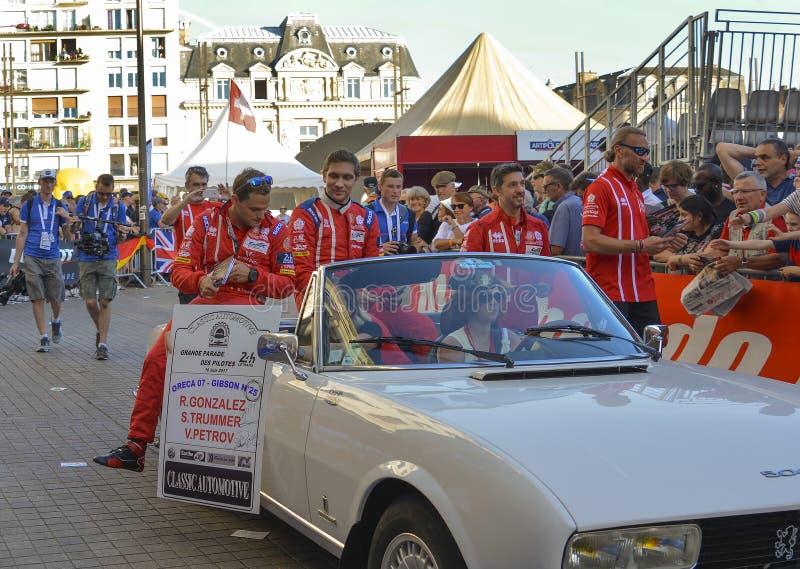 LE MANS, FRANÇA - 16 DE JUNHO DE 2017: Piloto do piloto do russo de Vitaly Petrov com sua equipe Oreca 07 Gibson 25 em uma parada fotografia de stock royalty free