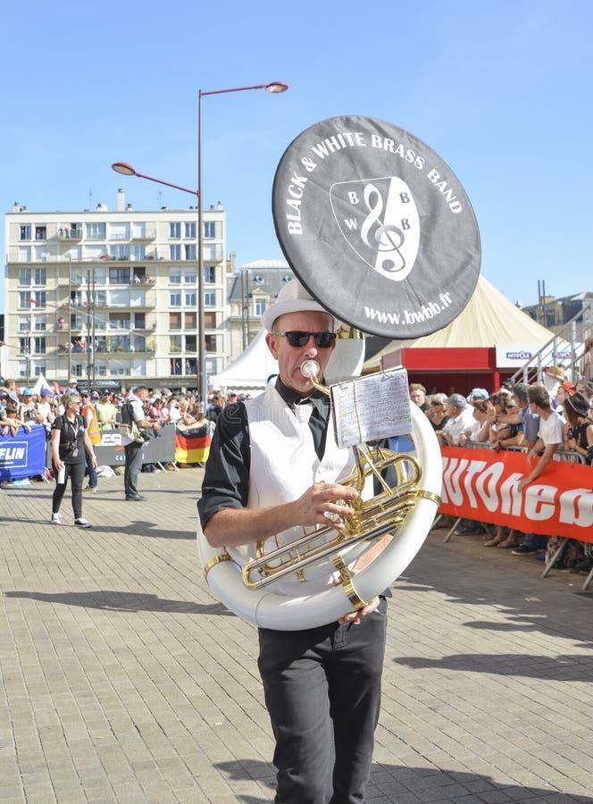 LE MANS, FRANCE - 16 JUIN 2017 : Équipez jouer sur le cor d'harmonie à un défilé des pilotes emballant dans le Mans photos libres de droits