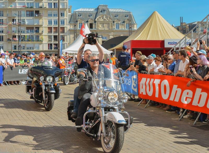 LE MANS, FRANCE - 16 JUIN 2017 : Cyclistes avec une motocyclette de Harley Davidson à un défilé de l'emballage de pilotes image stock