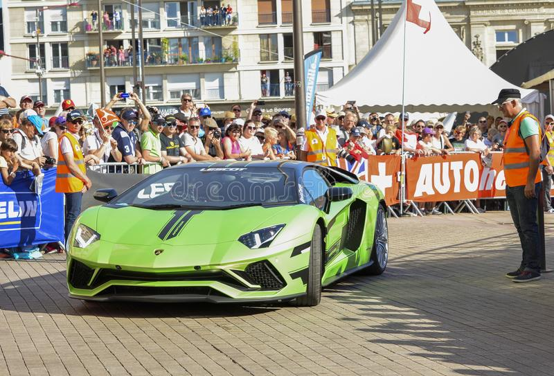 LE MANS, FRANCE - 16 JUIN 2017 : Voiture moderne luxueuse Lamborghini Aventador à un défilé des pilotes emballant 24 heures image stock