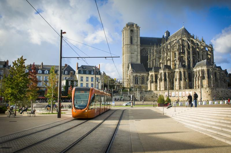 LE MANS, FRANCE - 8 OCTOBRE 2017 : Cathédrale romaine de Saint Julien avec un tram orange chez un Mans, France images libres de droits