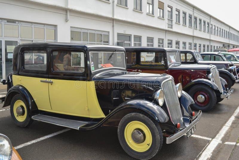 LE MANS, FRANCIA - 26 DE ABRIL DE 2014: Muchos diversos coches del modele Renault Vintage de la exposición y coches clásicos Rena fotografía de archivo