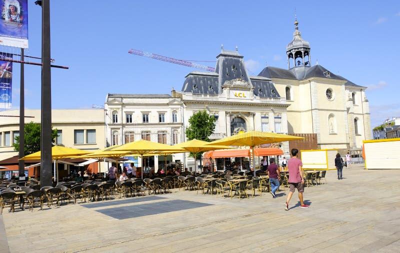 LE MANS, FRANCIA - 18 de agosto de 2018: Calle y restaurantes viejos en el centro de ciudad de Le Mans francia imagen de archivo