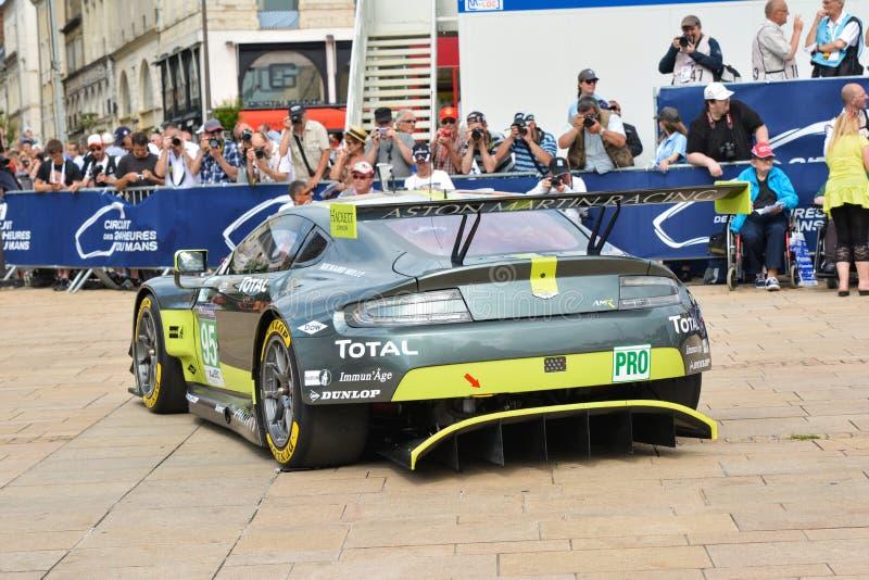 LE MANS, FRANCIA - 11 DE JUNIO DE 2017: Controles de pesaje, administrativos y técnicos de los coches de carreras para la compete fotos de archivo libres de regalías