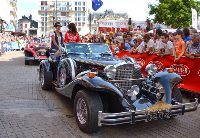 LE MANS, FRANCIA - 13 DE JUNIO DE 2014: Desfile de competir con de los pilotos Presentación del coche de Excalibur fotos de archivo libres de regalías