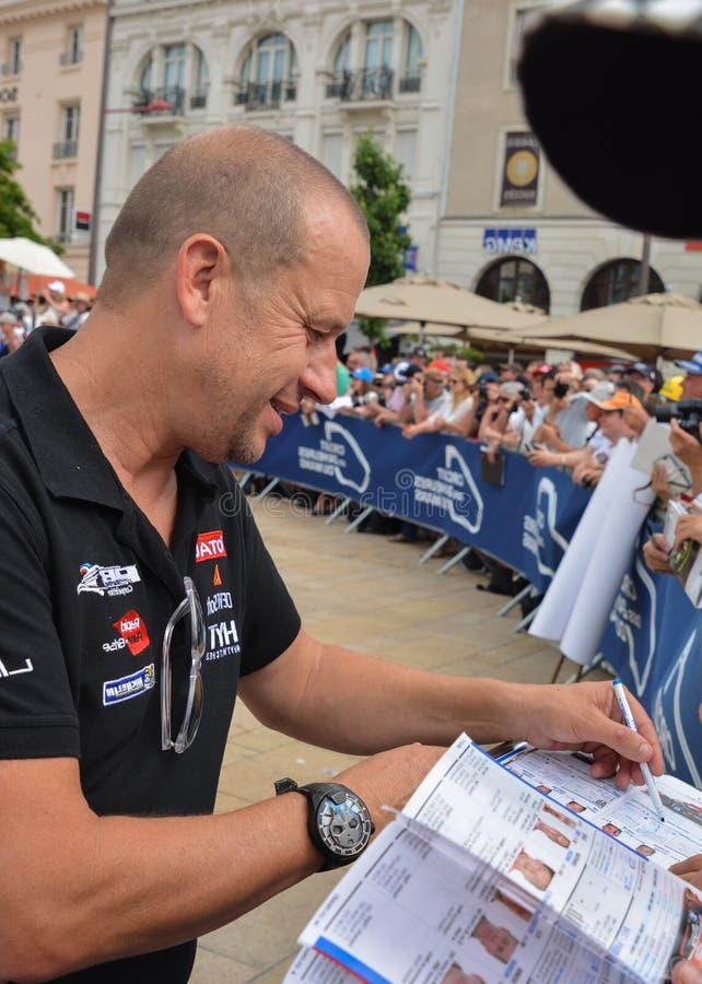 LE MANS, FRANCIA - 11 DE JUNIO DE 2017: El piloto de carreras francés Olivier Panis da el autógrafo durante el desfile de competi fotografía de archivo