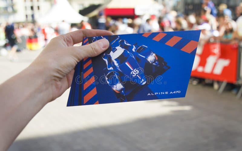 LE MANS FRANCJA, CZERWIEC, - 16, 2017: Parada piloci ściga się w śródmieściu Le obsługuje Pocztówka nowy Alpejski bieżny samochód zdjęcie stock