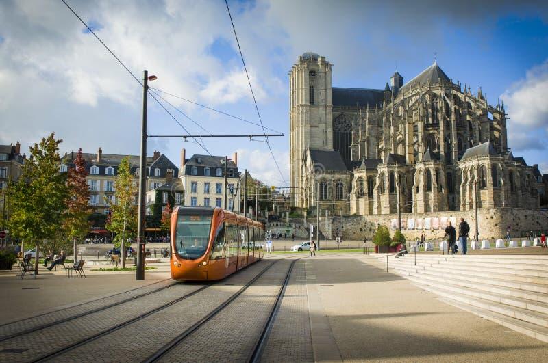 LE MANS FRANCJA, PAŹDZIERNIK, - 08, 2017: Romańska katedra święty Julien z pomarańczowym tramwajem przy Le obsługuje, Francja obrazy royalty free