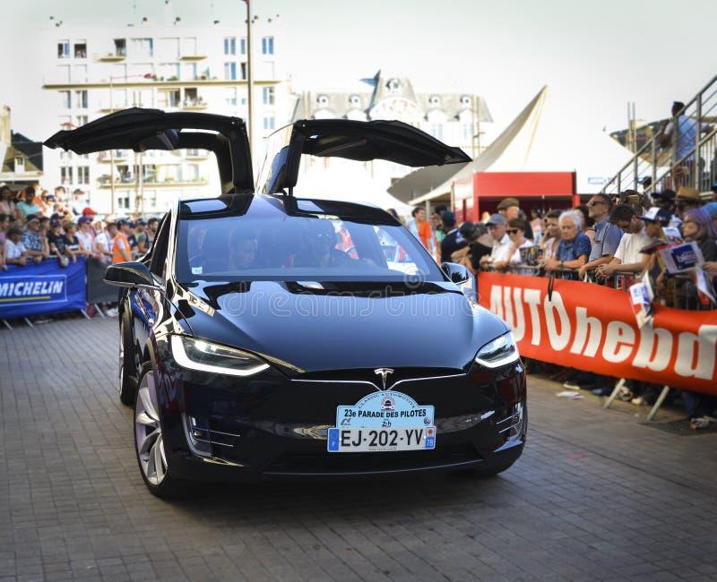 LE MANS, FRANKREICH - 16. JUNI 2017: Neues Tesla ist amerikanisches Elektroauto wird dargestellt an der Parade von den Piloten, d lizenzfreies stockfoto