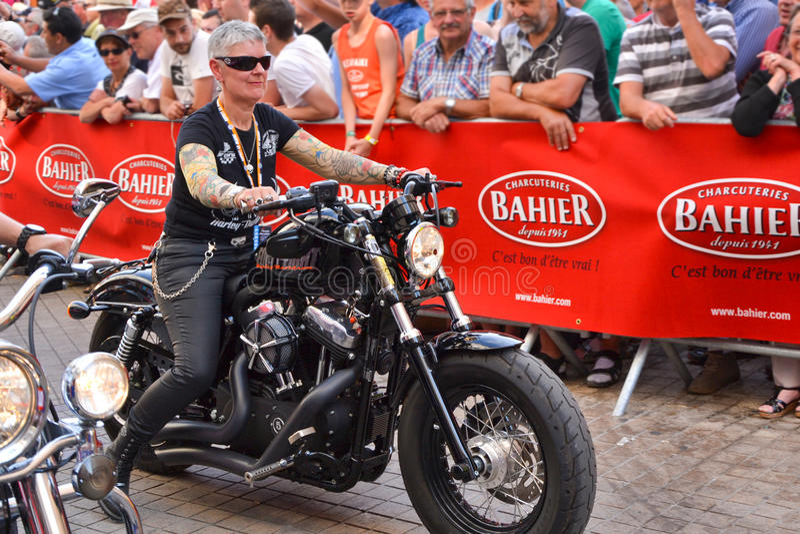 LE MANS, FRANKREICH - 13. JUNI 2014: Parade Pilotdes laufens Alte Frauen auf Motorrad stockbild