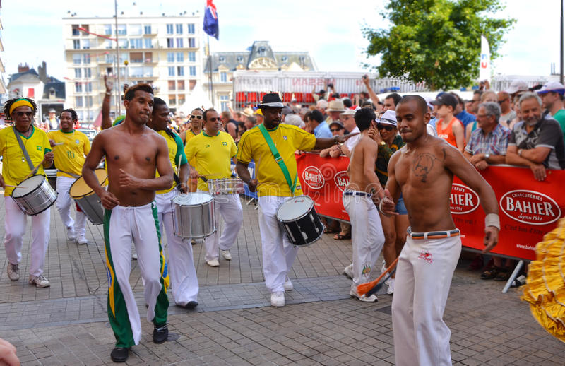 LE MANS, FRANKRIJK - JUNI 13, 2014: Braziliaanse mens die bij een parade van loodsen het rennen dansen royalty-vrije stock afbeelding