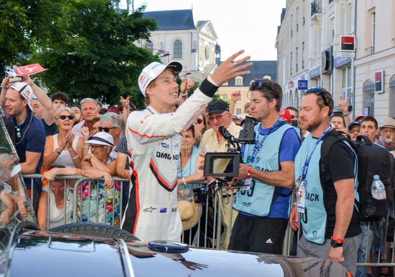LE MANS, FRANKRIJK - JUNI 16, 2017: Brendon Hartley-bestuurder van team van de Hybride van Porsche LMP 919 tijdens Parade van loo stock foto's