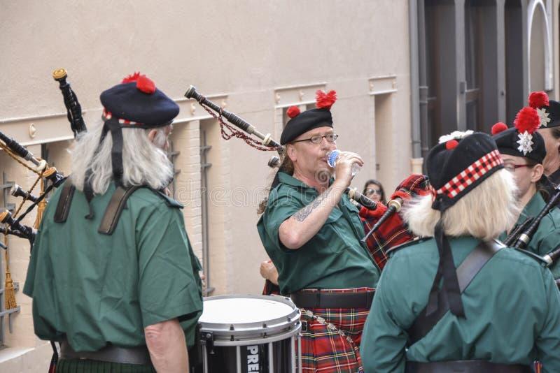 LE MANS, FRANKRIJK - JUNI 13, 2014: De Schotse doedelzakband marcheert onderaan de straat tijdens parade van loodsen het rennen stock afbeeldingen