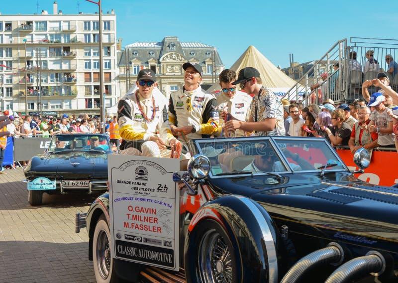 LE MANS, FRANKRIJK - JUNI 16, 2017: Team van Chevrolet-Korvet C7 R Oliver Gavin, Tommy Milner, Marcel Fassler bij een parade van  stock afbeelding