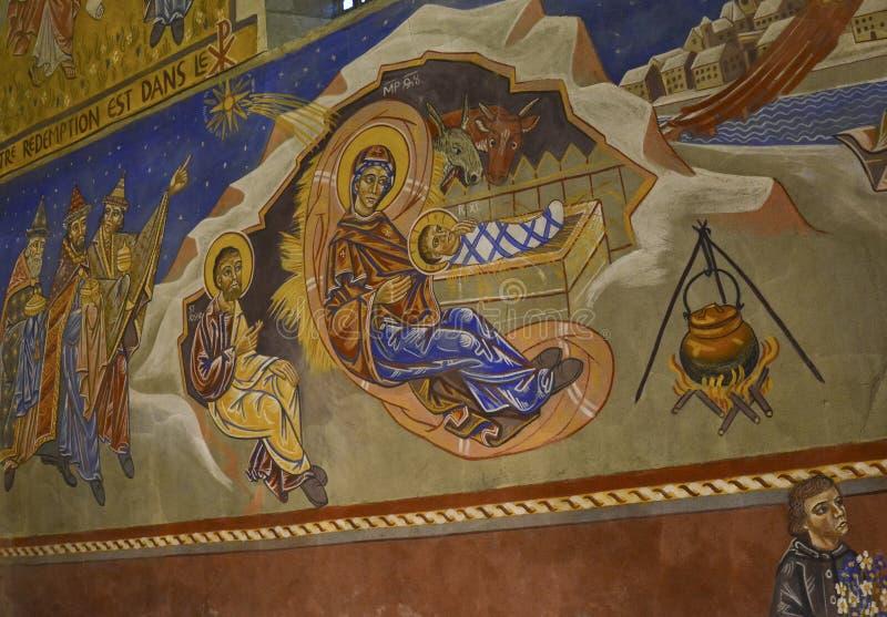 LE MANS, FRANKRIJK - SEPTEMBER 17, 2017: Kerk st-Lazare met de geschilderde crèche van fresko'skerstmis met Joseph Mary en kleine stock fotografie