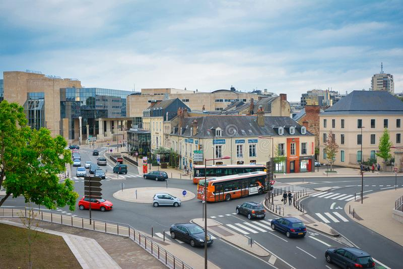 LE MANS, FRANKRIJK - SEPTEMBER 18, 2016: Modern deel van Le Mans met gebouwen en vervoer royalty-vrije stock foto