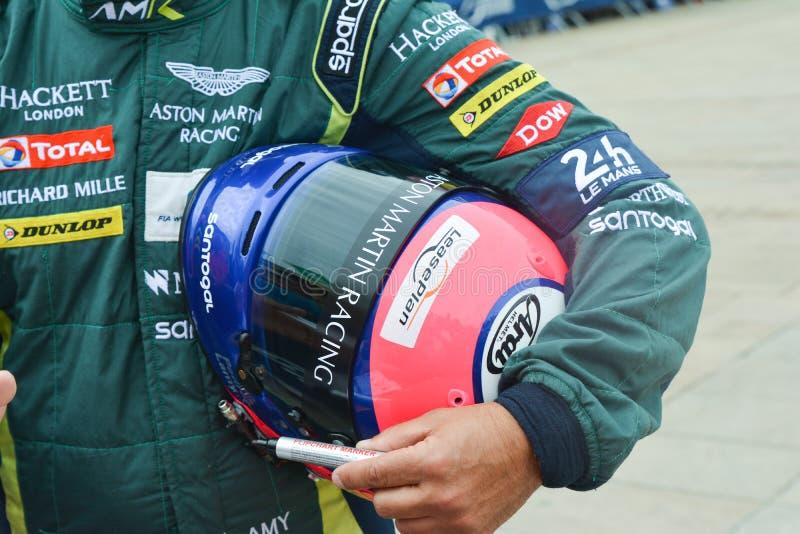 LE MANS FRANKRIKE - JUNI 11, 2017: Hjälm och likformig av racerbilpiloten Aston Martin som springer för konkurrens 24 timmar av L arkivfoton