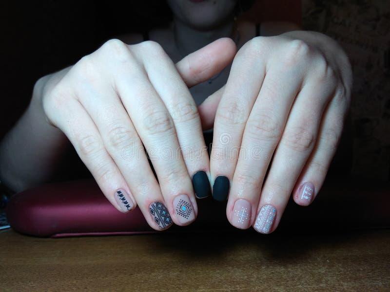 Le manucure a excellemment fait à son travail une belle manucure avec un gel polonais sur ses mains et le client est heureux image stock