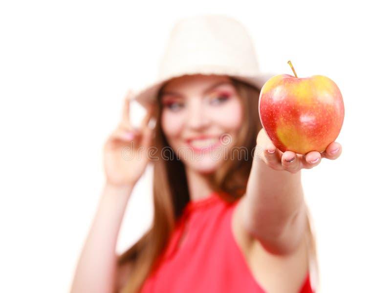 Le maquillage color? de chapeau d'?t? de femme tient le fruit de pomme image libre de droits