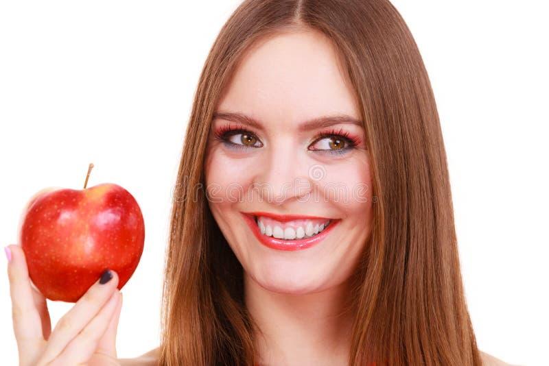 Le maquillage color? de fille avec du charme de femme tient le fruit de pomme images libres de droits