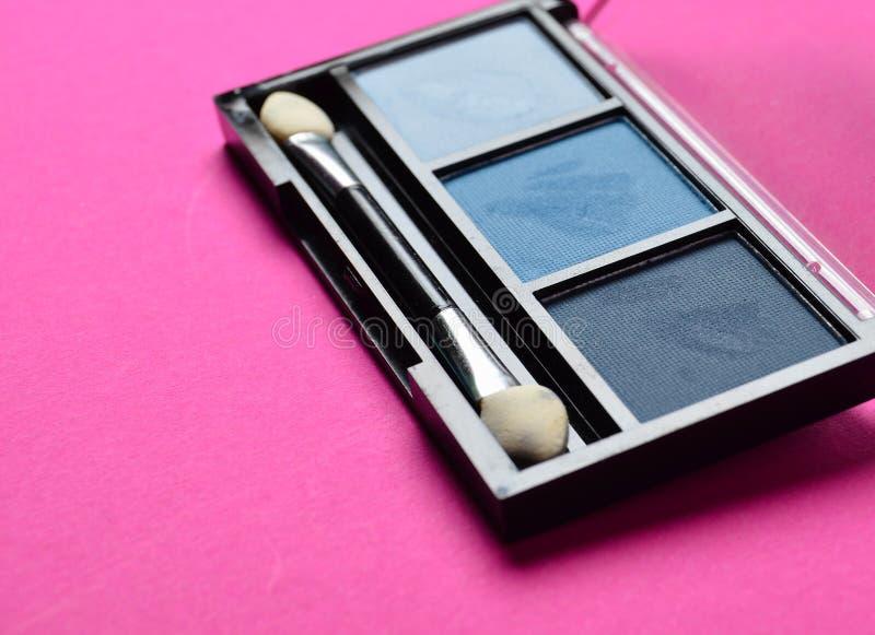 Le maquillage cosmétique ombrage le plan rapproché sur un fond rose photo libre de droits