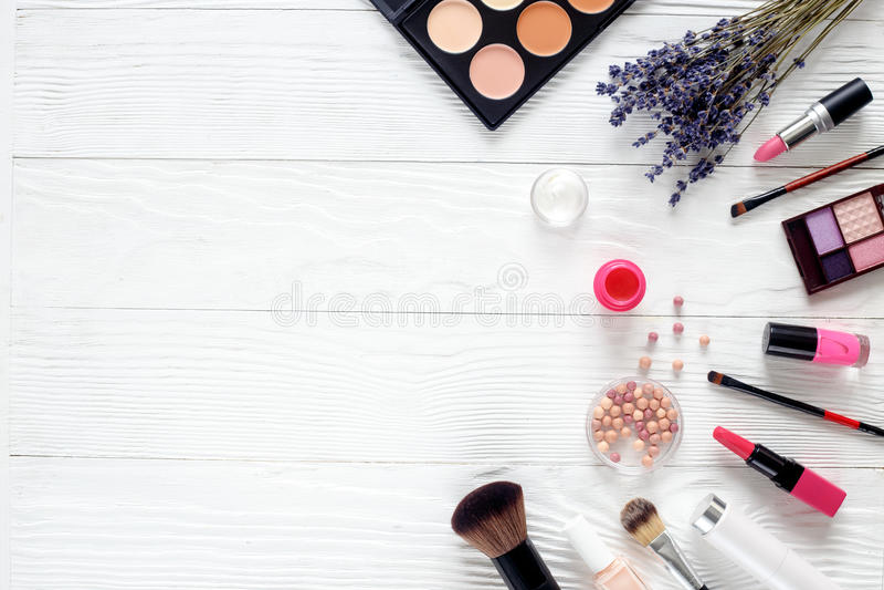 Le maquillage a placé sur la table en bois avec la vue supérieure de lavande photos stock