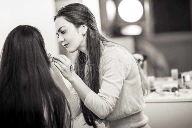 Le maquilleur appliquent le maquillage images libres de droits