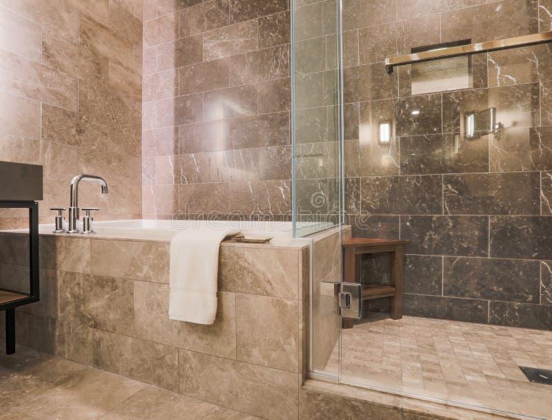 Le marbre moderne a couvert de tuiles la salle de bains de luxe photographie stock