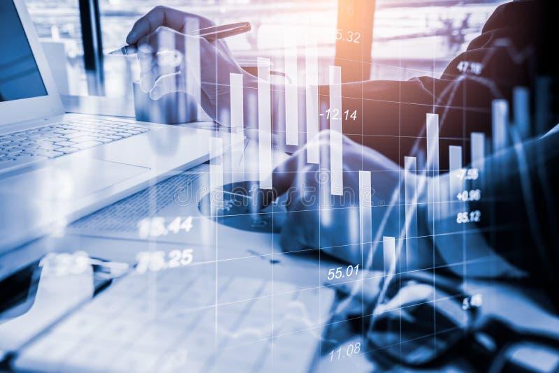 Le marché boursier ou le graphique et le chandelier marchands de forex dressent une carte approprié au concept d'investissement L images libres de droits