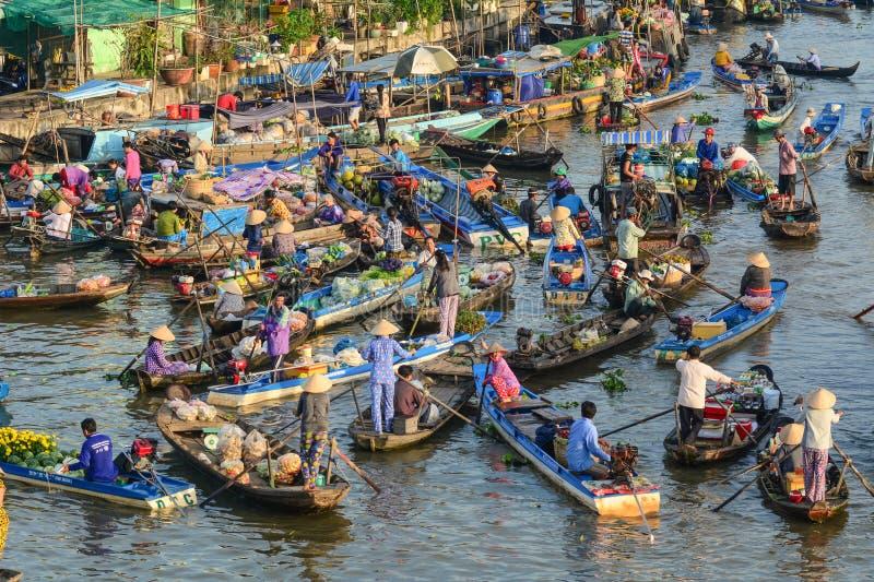 Le marché de flottement dans le delta du Mékong, Vietnam image libre de droits