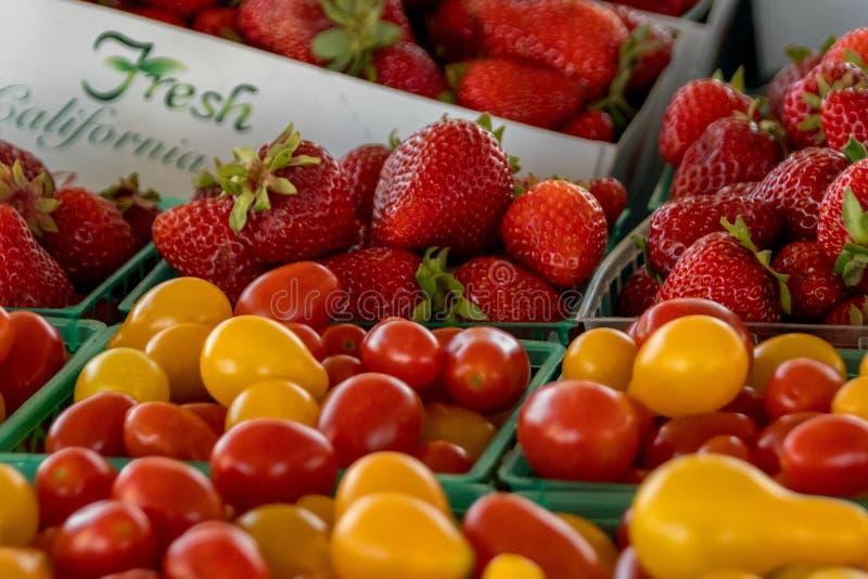 Le marché de l'agriculteur : Baies et tomates de la Californie photographie stock libre de droits