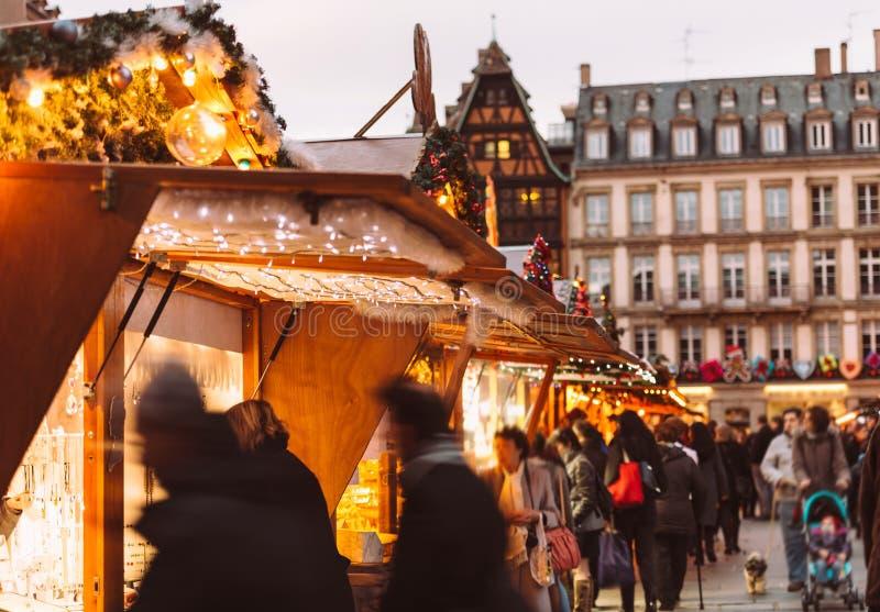 Le marché de Noël silhouette les cadeaux et le vin chaud de jouets d'achats photos libres de droits