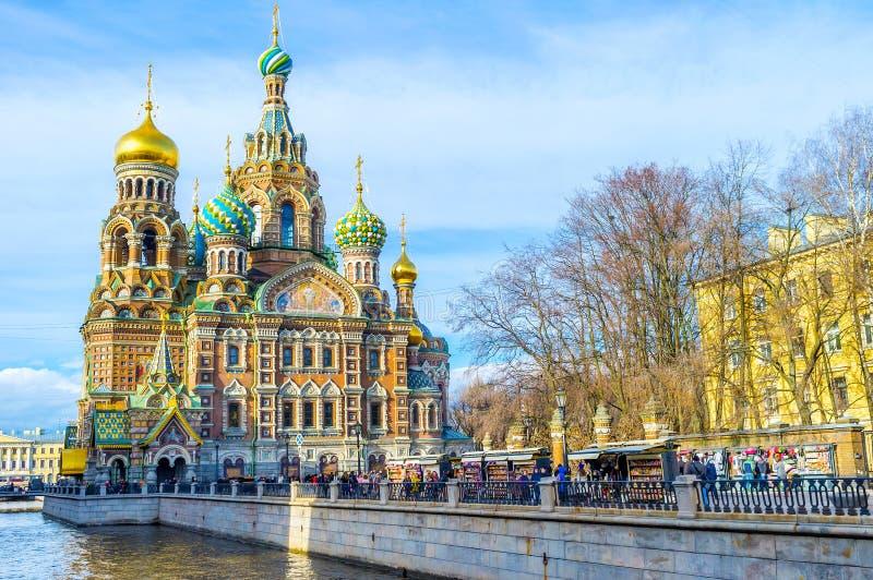 Le marché de touristes au canal de Griboedov à St Petersburg images libres de droits