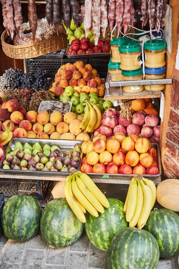 Le marché en Géorgie Vente des légumes et des fruits Pastèques, pêches, nectarines, bananes, raisins, pommes, miel image stock