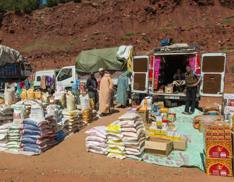 Le marché traditionnel juste sur l'atlas au Maroc images libres de droits