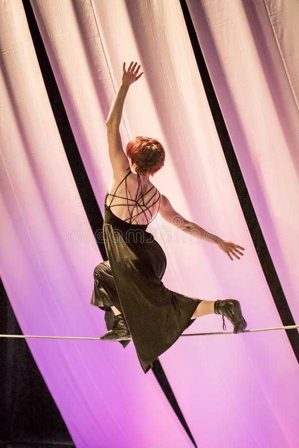 Le marcheur féminin de corde raide exécute dans un cirque image libre de droits