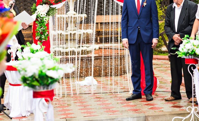 Le marié dans le costume bleu est sur la voie verte à photographie stock