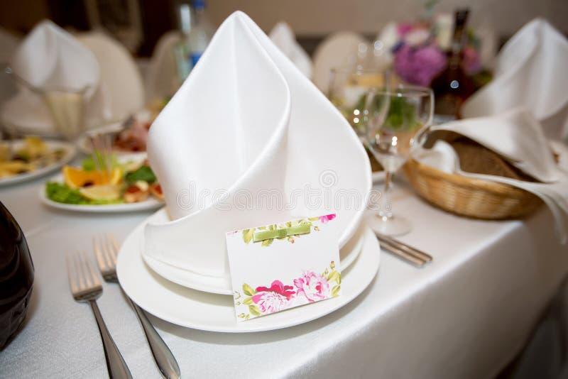 Le marié et les places de la jeune mariée à la table de mariage avec un l photo stock