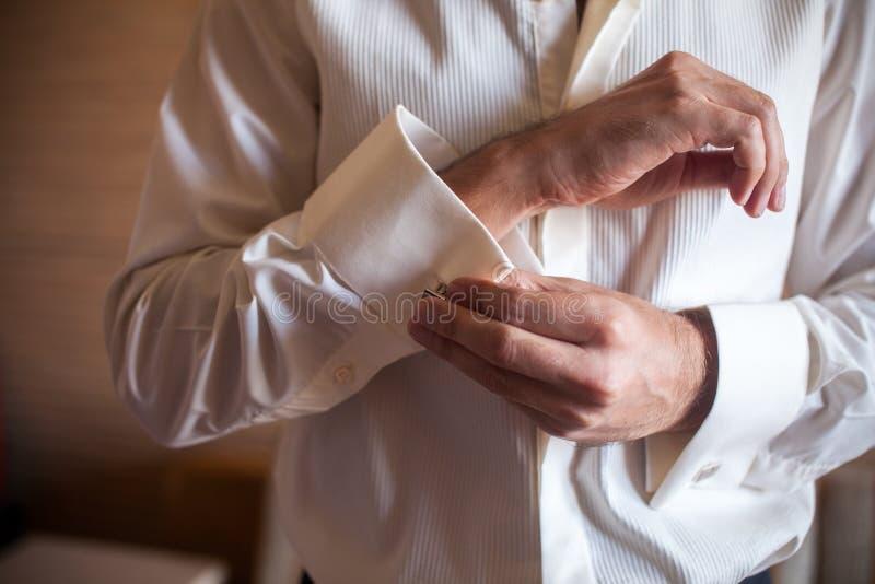 Le marié se prépare à épouser images libres de droits