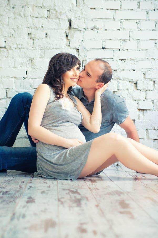 Le mari embrasse son épouse enceinte images stock