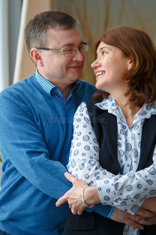 Le mari et l'épouse regardent l'un l'autre et le sourire photographie stock libre de droits