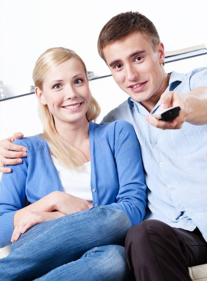 Le mari et l'épouse vont observer le poste TV images libres de droits