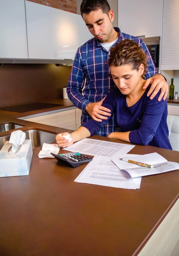 Le mari sans emploi donne la consolation à son pleurer d'épouse photos stock