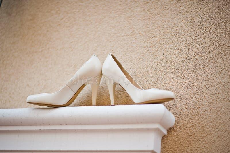 Le mariage chausse la jeune mariée photographie stock