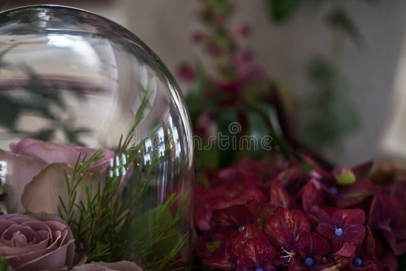 Le mariage fleurit la décoration avec les roses, l'hortensia de hortensia et le fond brouillé par résumé image libre de droits