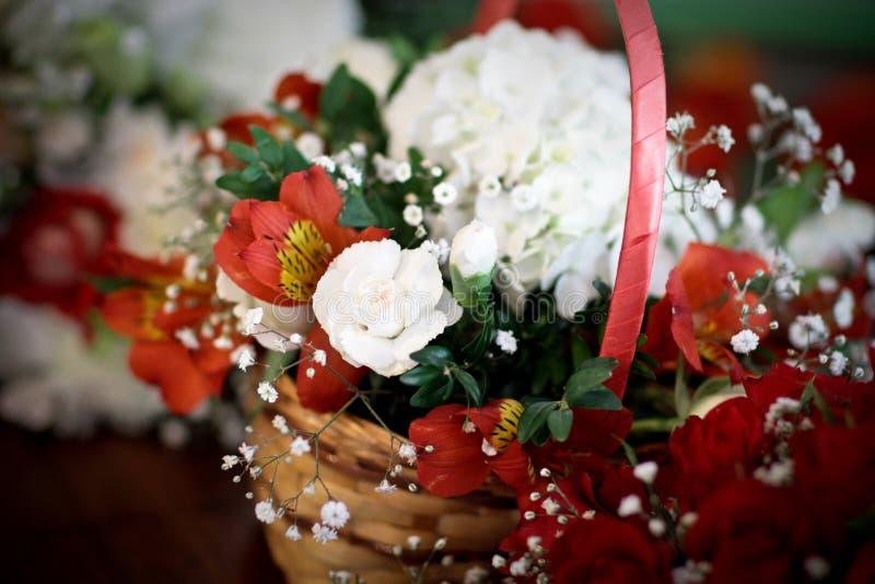 Le mariage fleurit le posie de panier de flowergirl des fleurs rouges et blanches images libres de droits
