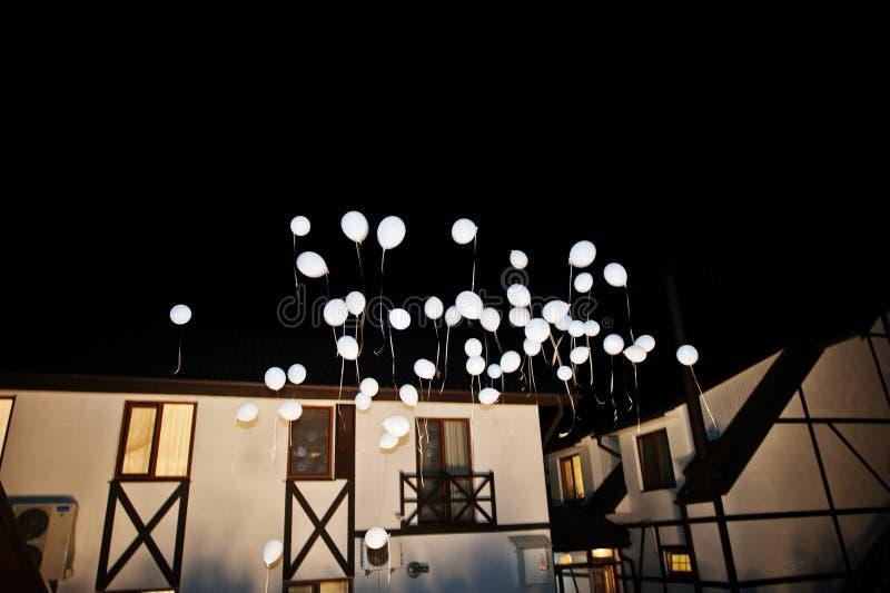 Le mariage monte en ballon avec la lumière à l'intérieur sur l'air au cerem de mariage de nuit images libres de droits