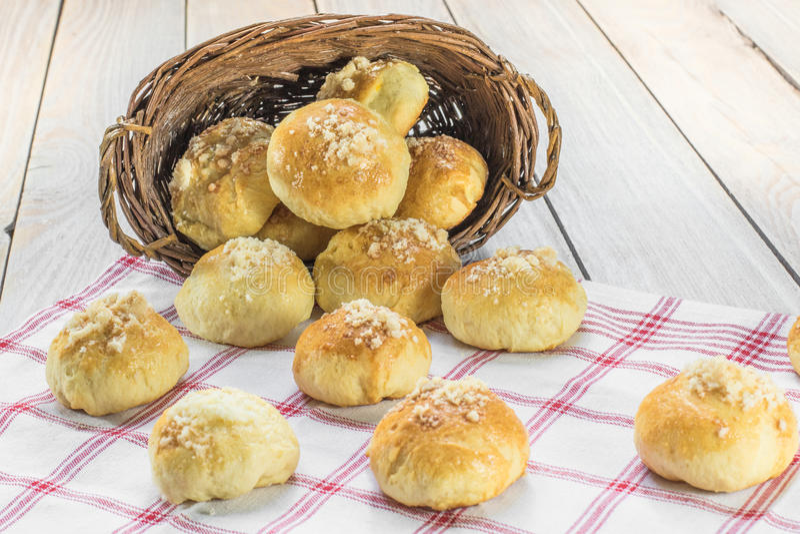 Le mariage traditionnel tchèque Curds des gâteaux dans un panier en osier photos libres de droits
