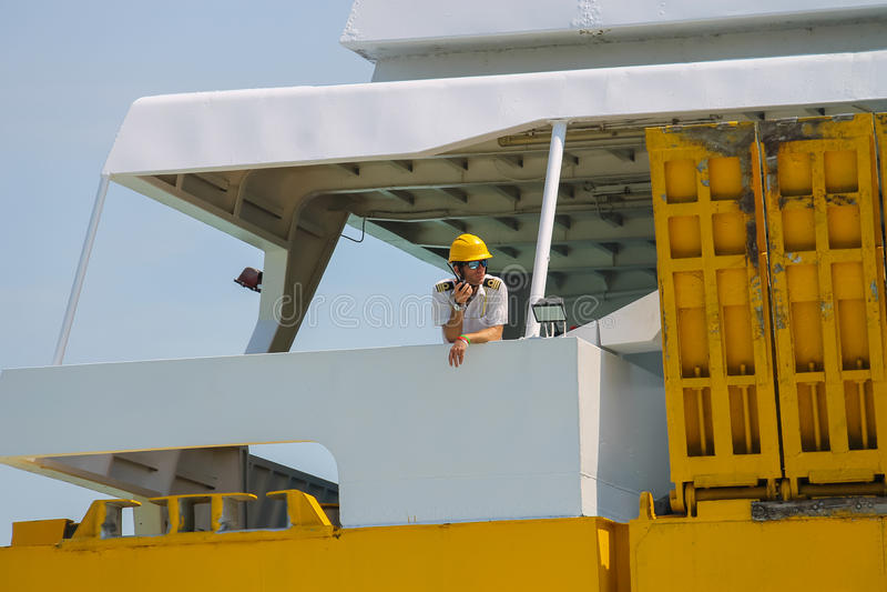 Le marin contrôle l'amarrage du ferry-boat dans Piombino, Italie photos libres de droits